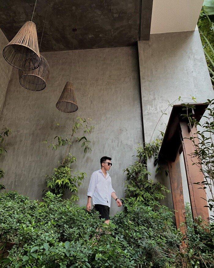Quán cafe này khá là mộng mơ, ''chill chill'' với không gian mở, nhiều cây xanh