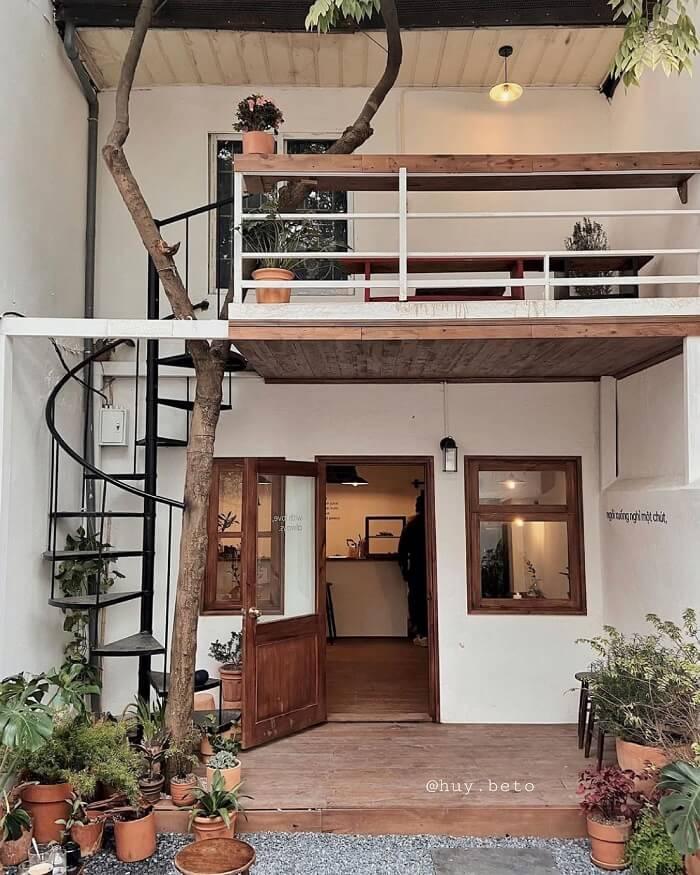 HOON cafe là một căn nhà nhỏ ấm cúng nằm sâu trong ngõ vô cùng yên tĩnh