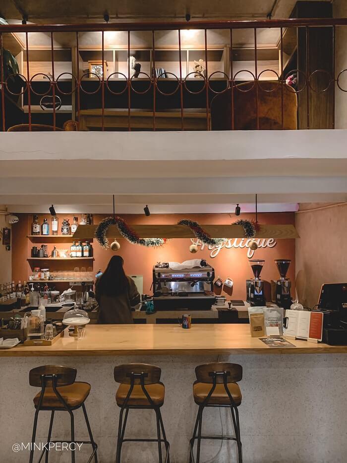 Quán cafe này sẽ gây ấn tượng cho bạn bởi chiếc cửa xám cùng ban công đỏ ở tầng 2